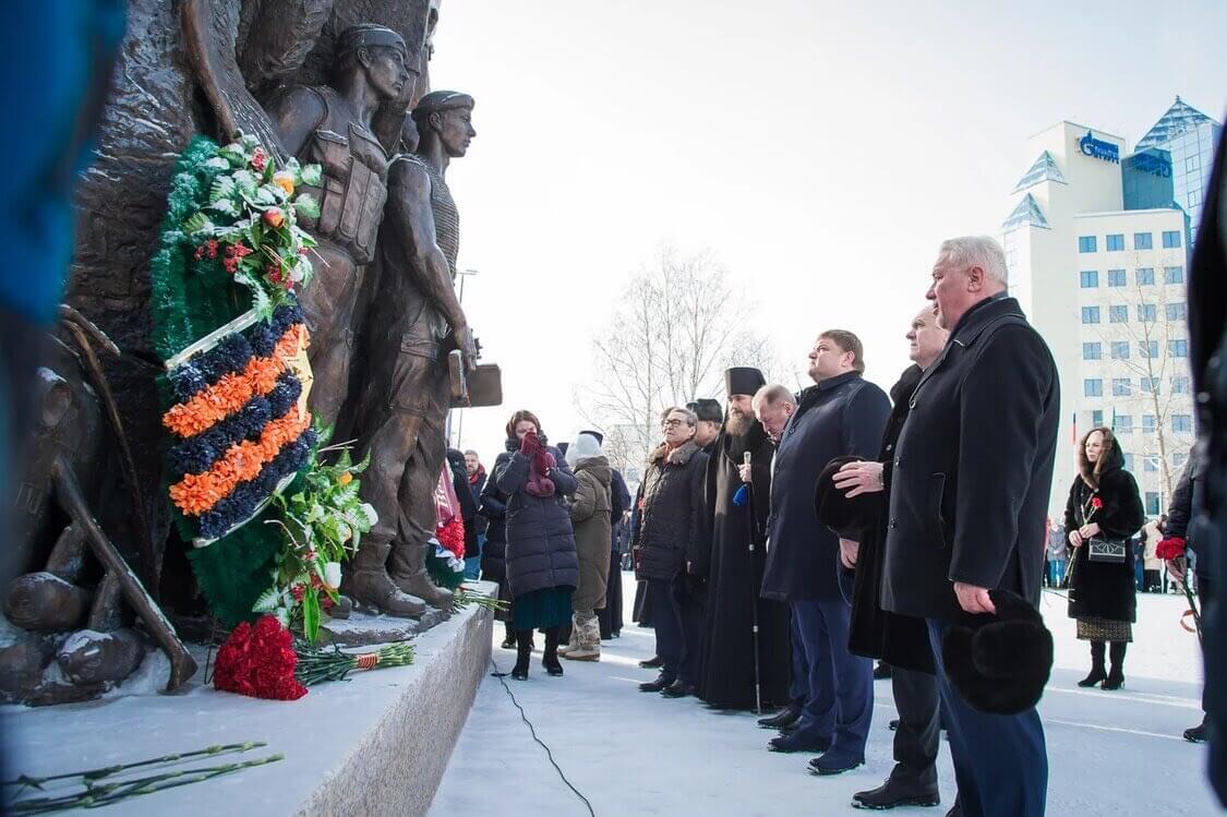 Торжественное возложение цветов к мемориалу «Воинской славы»