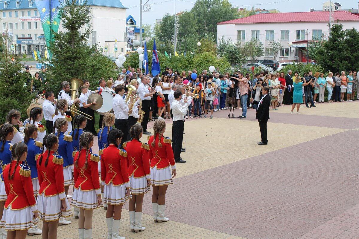 В Югорске торжественно поднят Государственный флаг РФ