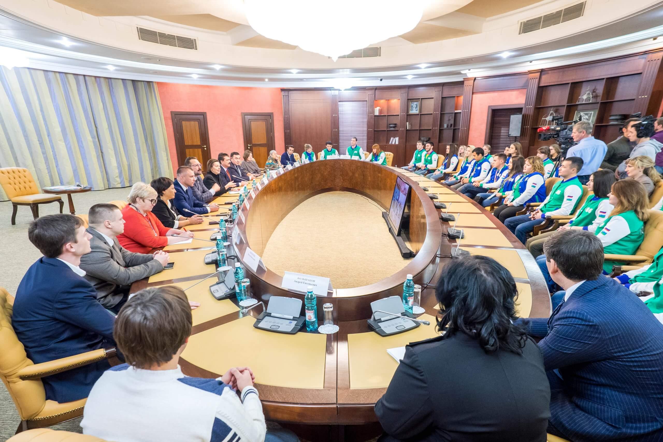 Губернатор Югры и участники XIX Всемирного фестиваля молодежи и студентов