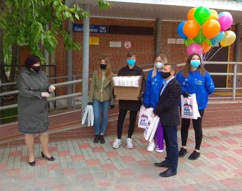 Волонтеры «Маяк добра» поздравили детей Югорска